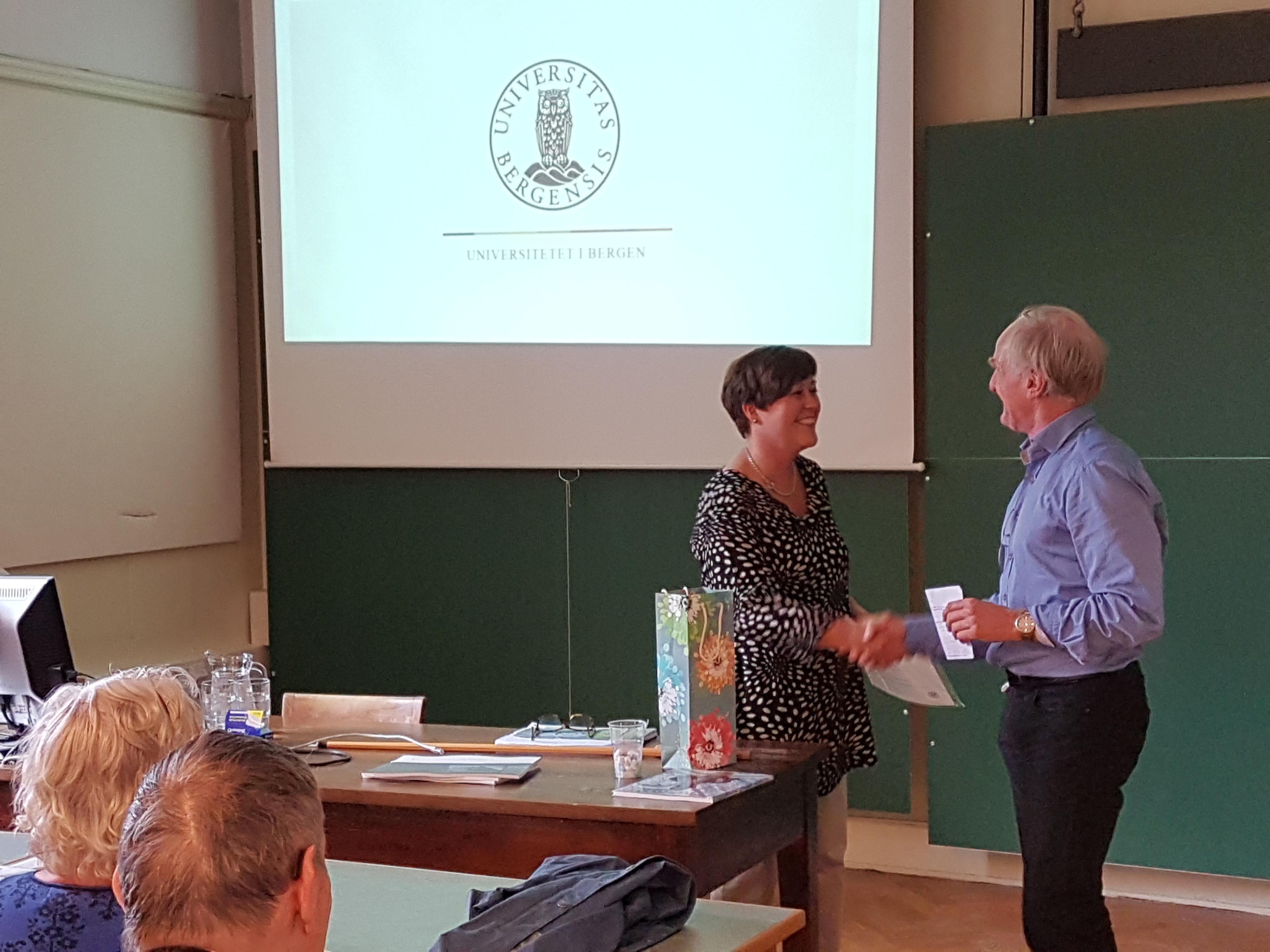 Preses Finn Gunnar Nielsen takker Åse Tveitnes for et godt innlegg om fredning og restaurering av Geofysen og andre universitetsbygg.