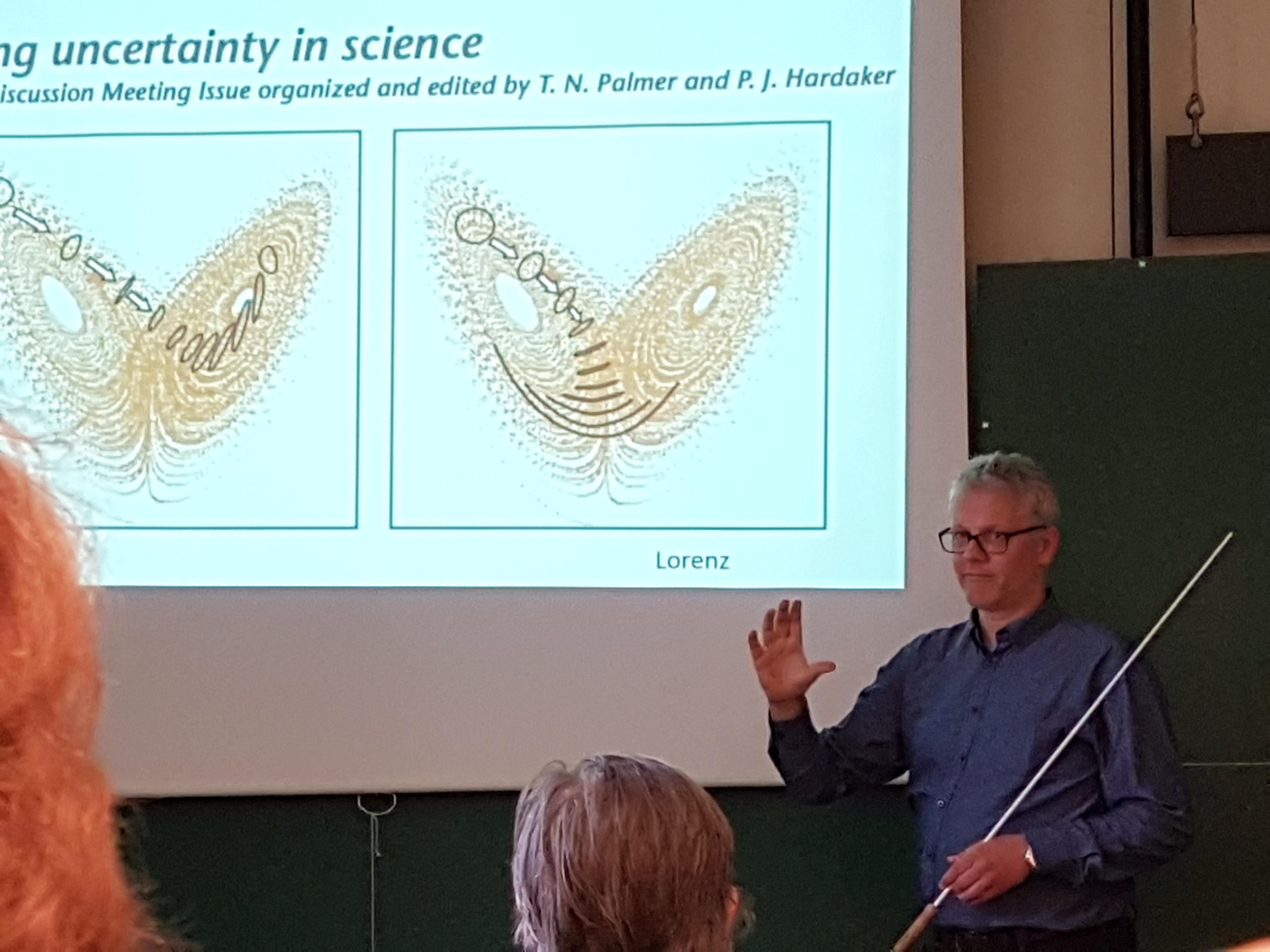 Instituttleder Nils Gunnar Kvamstø forklarer hva kaosteorien har betydd for værvarsling og modellering av atmosfæren.